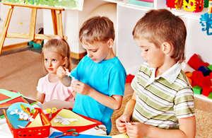 Дети вырезают из бумаги