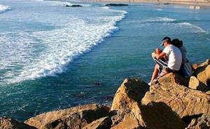 Люди на скалистом берегу моря
