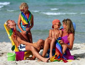 Семья отдыхает на пляже
