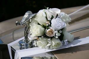Букет на свадебном лимузине