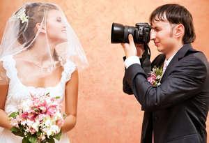 Фотограф делает снимки невесты