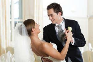 Жених и невеста танцуют свадебный танец