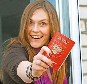 Девушка держит паспорт