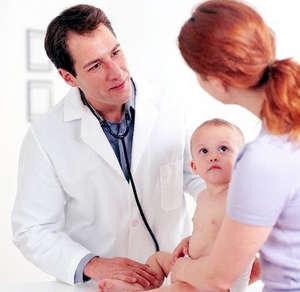 Мама с ребенком у педиатра