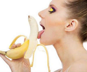 Девушка лижет банан