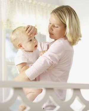 Мама проверяет температуру ребенка