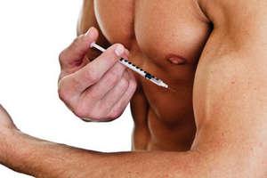 Парень делает укол в мышцу