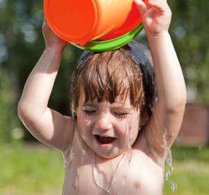 Ребенок обливает себя водой