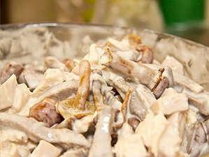 Свиной язык с грибами и сметаной