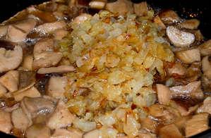Тушеные грибы с жареным луком