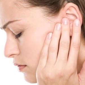 У девушки болят уши