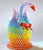 Лебедь из бумаги цвета радуги