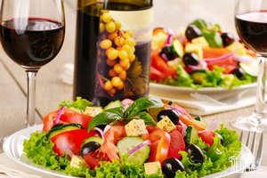 Греческий салат и вино