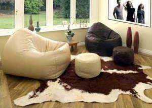 Безкаркасные кресла в комнате