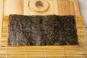 Лист нори на коврике