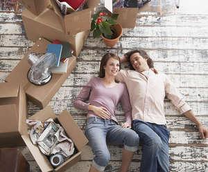 Муж и жена переехали в новый дом