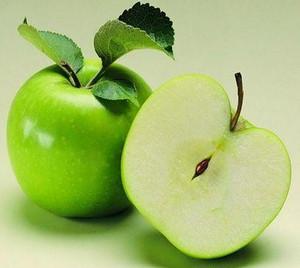 Разрезанное зеленое яблоко
