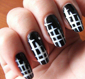 Black and white pattern on the nails.