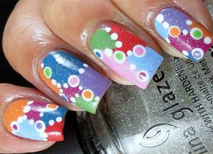 Colored pattern on nails from circles