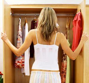 Девушка перед шкафом