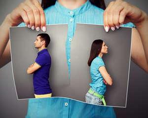 Две фотографии в руках