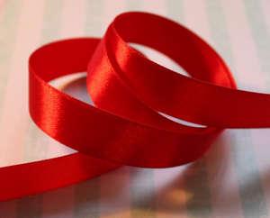 Красная атласная лента