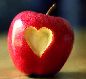 Красное яблоко с вырезанным сердечком