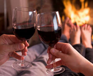 Парень и девушка пьют красное вино