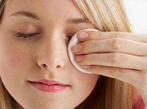 Applying oil on the eyelids