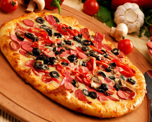 Домашняя пицца на деревянном подносе