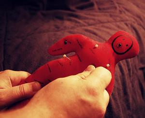 Красная кукла Вольт в руках