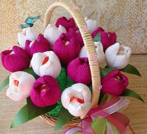 Красные и розовые пионы из бумаги с конфетами внутри