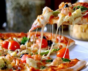 Кусочек пиццы с плавленным сыром