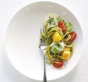 Паста с овощами на половине тарелки