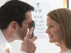 Врач-офтальмолог осматривает девушку