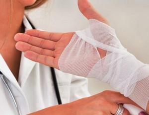 Как лечить гигрому запястья руки и к какому врачу идти?