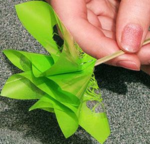 Зеленый фунтик на палочке в руках