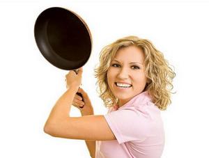 Девушка бьет сковородкой