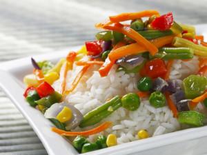 Белый рис с овощами
