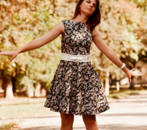 Девушка в платье с юбкой полусолнце
