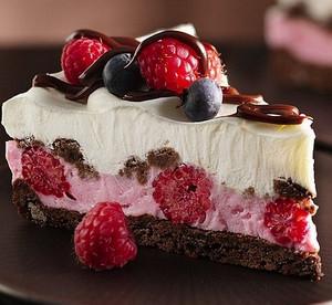Кусочек пироженого с ягодами и шоколадом