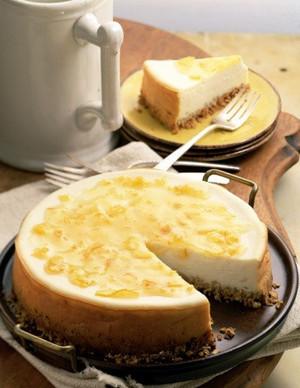 Пирог из нежного сыра на тарелке