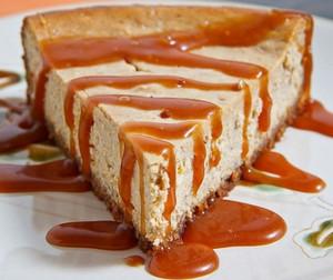 Политый карамелью кусочек пирога