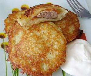 Картофельные оладьи с фаршем и сметаной