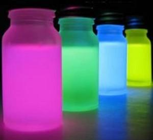 Разноцветная светящаяся вода в банках