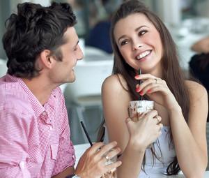Девушка флиртует с парнем в кафе