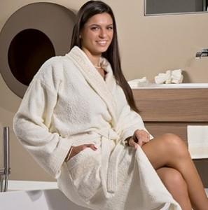 девушка в халате в ванной