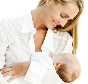 Кормящая мама с ребенком на руках
