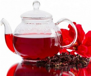 Red tea in a teapot