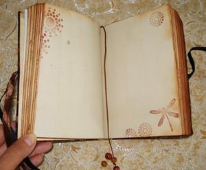 Открытый блокнот с состаренной бумагой